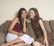 Meninas que flertam no telefone fotografia de stock royalty free