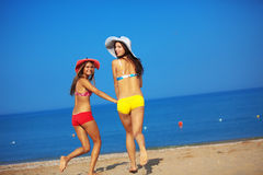Meninas que funcionam na praia Imagens de Stock Royalty Free