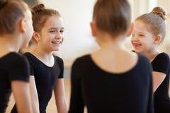 Meninas que Giggling na classe de dança fotografia de stock royalty free