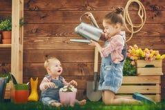 Meninas que jardinam no quintal imagens de stock