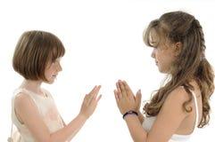 Meninas que jogam com mãos Foto de Stock Royalty Free