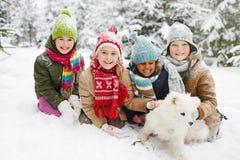Meninas que jogam com seus cães Fotos de Stock