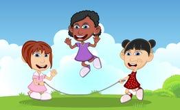 Meninas que jogam a corda de salto nos desenhos animados do parque Imagens de Stock