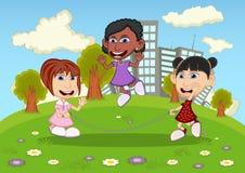 Meninas que jogam a corda de salto nos desenhos animados do parque Fotografia de Stock Royalty Free