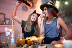 Meninas que jogam durante o partido de Dia das Bruxas Fotos de Stock Royalty Free