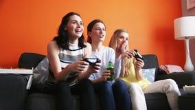 Meninas que jogam jogos de vídeo vídeos de arquivo