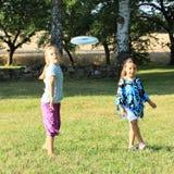 Meninas que jogam o frisbee Fotos de Stock Royalty Free