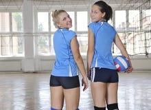 Meninas que jogam o jogo interno do voleibol fotografia de stock royalty free