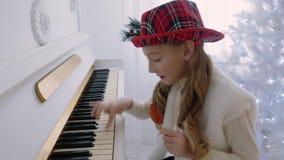 Meninas que jogam o piano video estoque