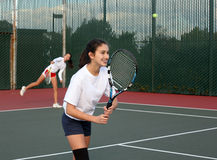 Meninas que jogam o tênis imagem de stock royalty free