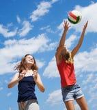 Meninas que jogam o voleibol Fotos de Stock Royalty Free