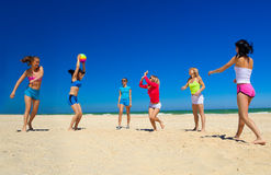 Meninas que jogam o voleibol Fotografia de Stock Royalty Free