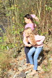 Meninas que jogam pedras para molhar Fotografia de Stock