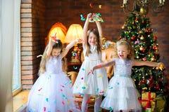 Meninas que jogam perto da árvore de Natal foto de stock