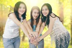 Meninas que juntam-se às mãos na natureza Imagens de Stock Royalty Free