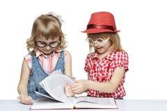 Meninas que lêem um livro Fotografia de Stock