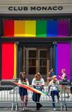 Meninas que levantam na frente do clube Mônaco durante o New York City 2018 Pride Parade Fotografia de Stock Royalty Free