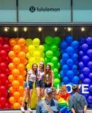 Meninas que levantam na frente do Lululemon durante o New York City 2018 Pride Parade Fotografia de Stock