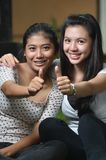 Meninas que levantam os polegares Imagens de Stock Royalty Free