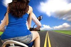 Meninas que montam uma motocicleta com alta velocidade Imagem de Stock Royalty Free