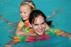 Meninas que nadam Imagens de Stock