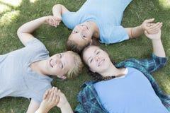 Meninas que olham acima Fotografia de Stock
