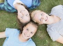 Meninas que olham acima Foto de Stock