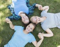 Meninas que olham acima Foto de Stock Royalty Free