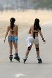 Meninas que patinam na praia Imagens de Stock Royalty Free