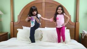 Meninas que praticam seu treinamento Um para o modelo e o outro para artes marciais misturadas video estoque