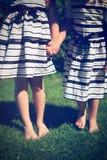 Meninas que prendem as mãos Fotos de Stock Royalty Free