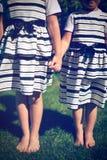 Meninas que prendem as mãos Imagem de Stock Royalty Free