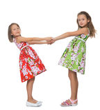 Meninas que prendem as mãos Fotografia de Stock