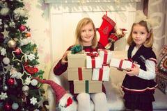 Meninas que preparam presentes Fotos de Stock Royalty Free