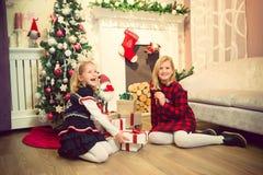 Meninas que preparam presentes Imagem de Stock