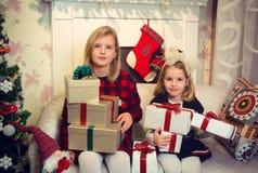 Meninas que preparam presentes Foto de Stock
