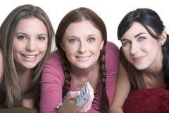 Meninas que prestam atenção à tevê Fotos de Stock