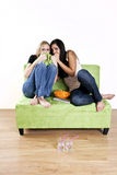 Meninas que prestam atenção ao filme assustador Fotografia de Stock Royalty Free