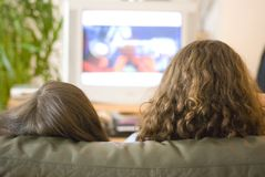 Meninas que prestam atenção à TB Fotografia de Stock Royalty Free