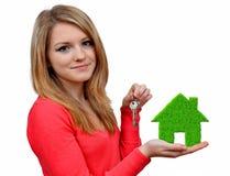 Meninas que realizam na casa verde das mãos Fotografia de Stock Royalty Free
