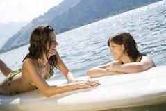 Meninas que relaxam na prancha fotos de stock royalty free