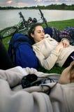 Meninas que relaxam quando equitação da bicicleta Foto de Stock Royalty Free