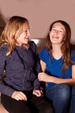 Meninas que riem junto Foto de Stock