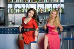 Meninas que sentam-se na barra imagem de stock royalty free