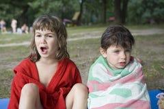 meninas que sentam-se no banco do rio Fotos de Stock Royalty Free