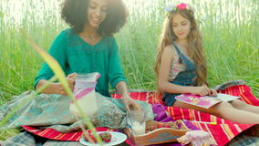 Meninas que sentam-se no campo e no leite bebendo vídeos de arquivo