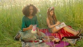 Meninas que sentam-se no campo e no leite bebendo filme