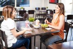 Meninas que têm o almoço junto Fotografia de Stock