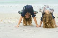 Meninas que têm o divertimento na praia Fotos de Stock Royalty Free