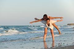 Meninas que têm o divertimento na praia Fotografia de Stock